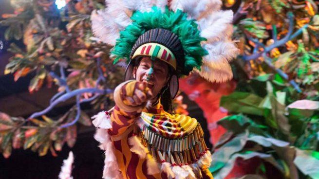 Participante de carnaval disfrazado