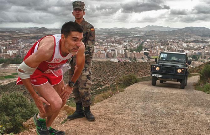 ruta de las fortalezas: corredor vigilado por un militar